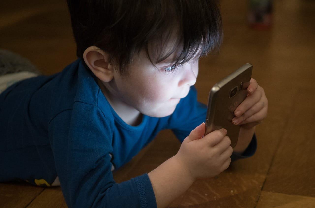 Pesquisa por voz: menino no celular