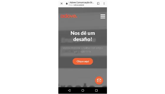 Pesquisa por voz: print página inicial site da Adove em versão mobile