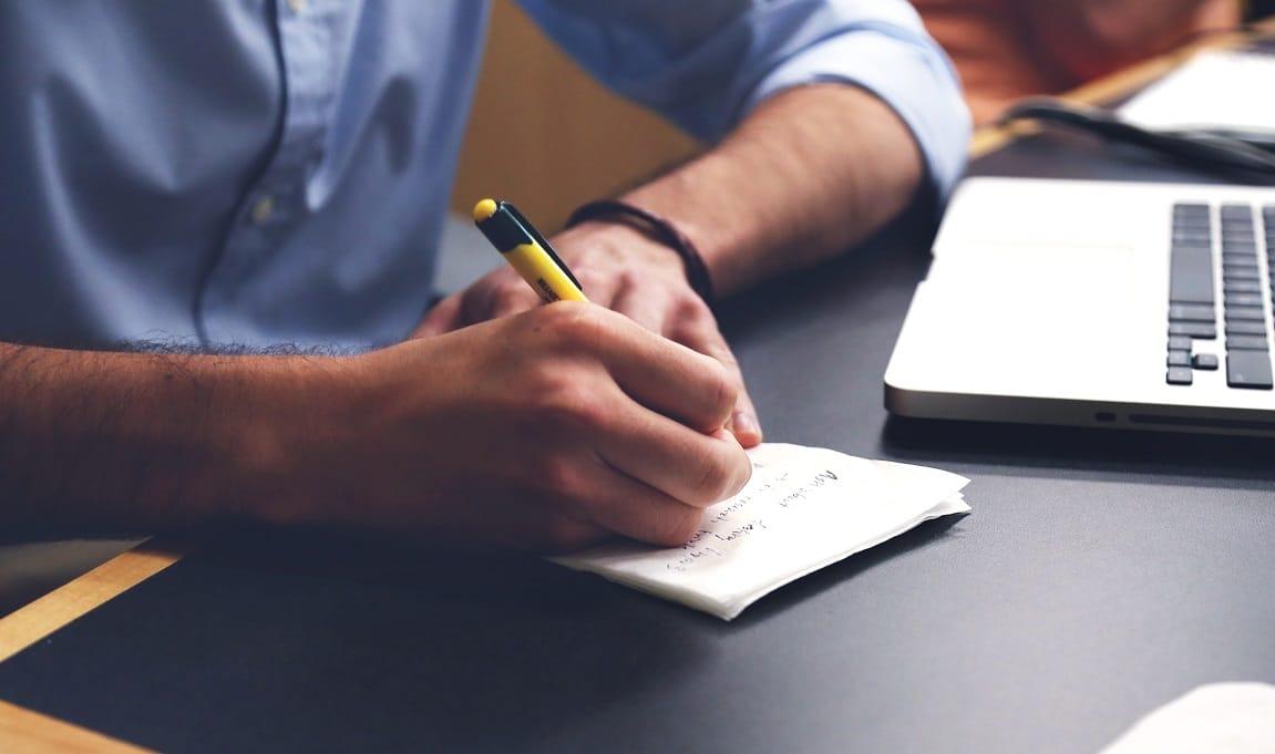 Homem fazendo anotações