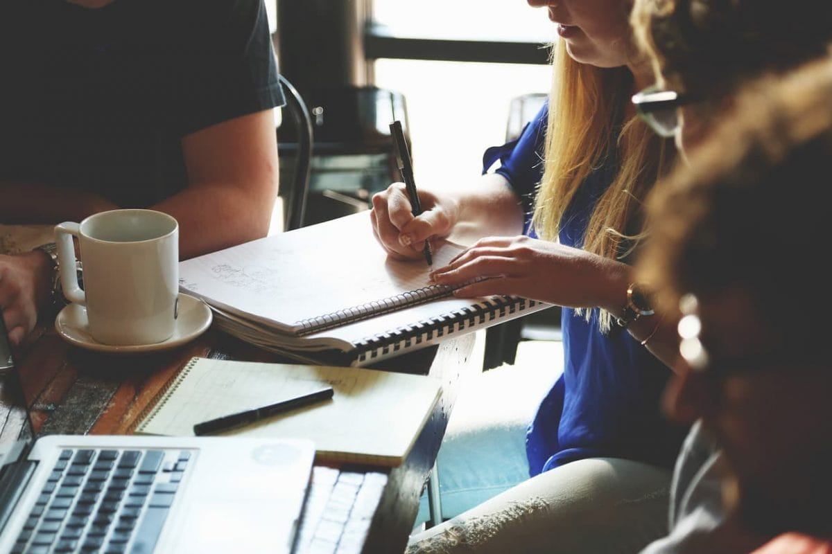 Pessoas conversando e anotando dias